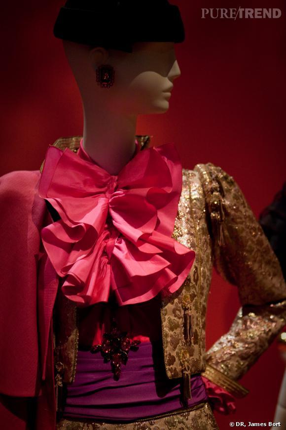 Ensemble de torero, cape de gazar rose, boléro et knickers de broché lamé or et rose, blouse de satin et taffetas rose vif, collection Automne-Hiver 1979