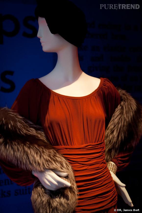 """Ensemble de jour, robe de jersey de soie terre cuite, boa de renard, collection """"40"""" Printemps-Eté 1971."""