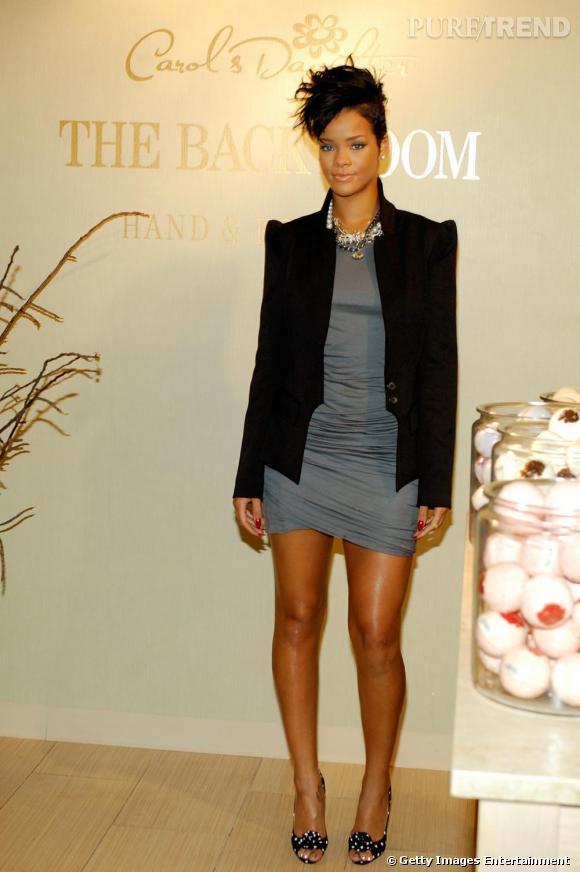 Le look sobre selon Rihanna : minirobe et maxi épaulettes