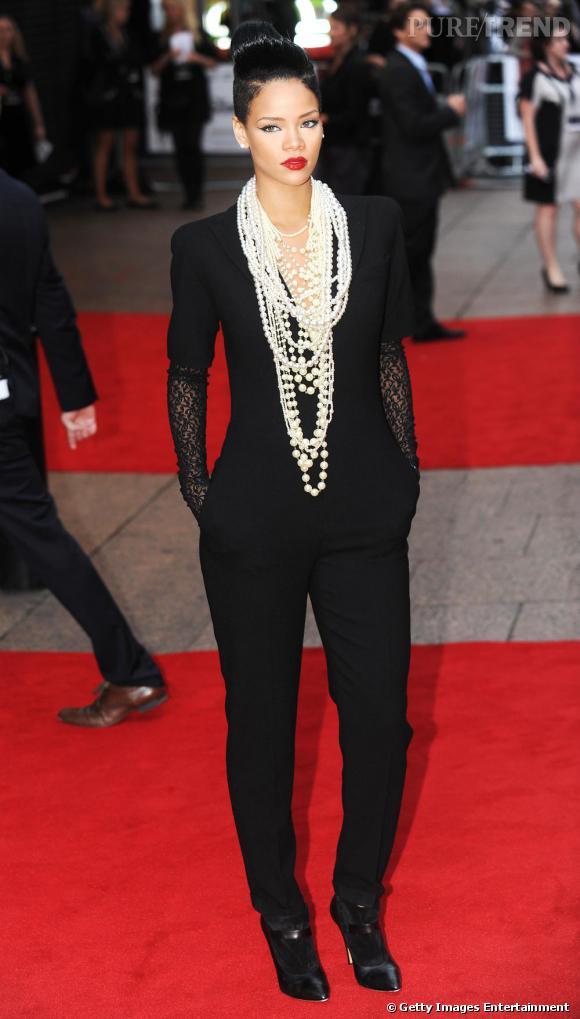 Combinaison et maxi sautoir de perles, Rihanna se joue des conventions