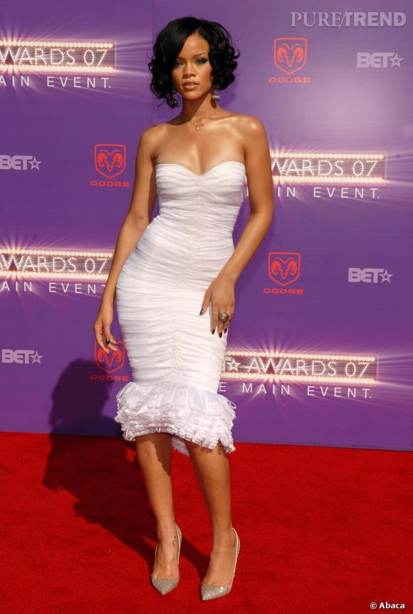 Rihanna, plus sage mais toujours aussi sexy en robe fourreau bustier