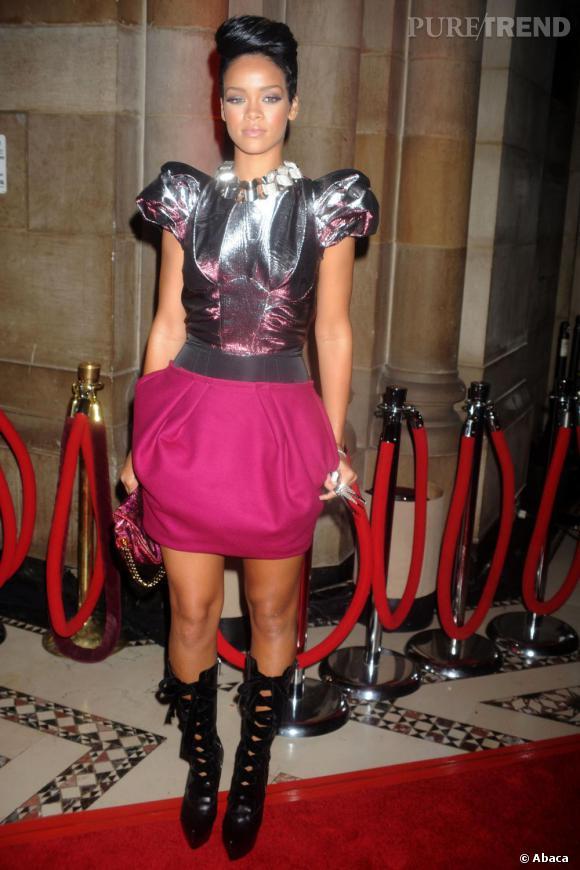 Minijupe et maxi coque, le nouveau style de Rihanna