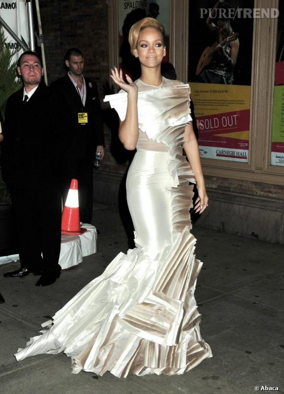 Adepte du mini, Rihanna aime aussi les maxi robes de soirée très glamour