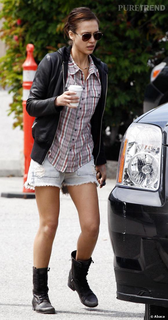 Jessica Alba en total look casual dans les rues de Los Angeles