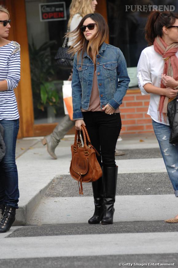 Veste en jean sur les épaules et bottes plates, la jolie comédienne apporte une touch créateur avec le  Marcie.