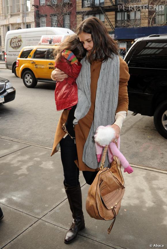 Plus citadine, cavalière aux pieds et longue écharpe autour du coup, Katie gkamourise son look avec le sac Chloé.