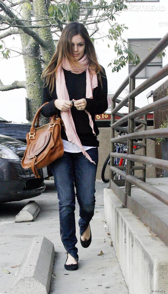 Ultra décontracée en ballerines et pull loose, Rachel prouve qu'un sac de luxe peut parfaitement trouver sa place sur un look fait de basiques.