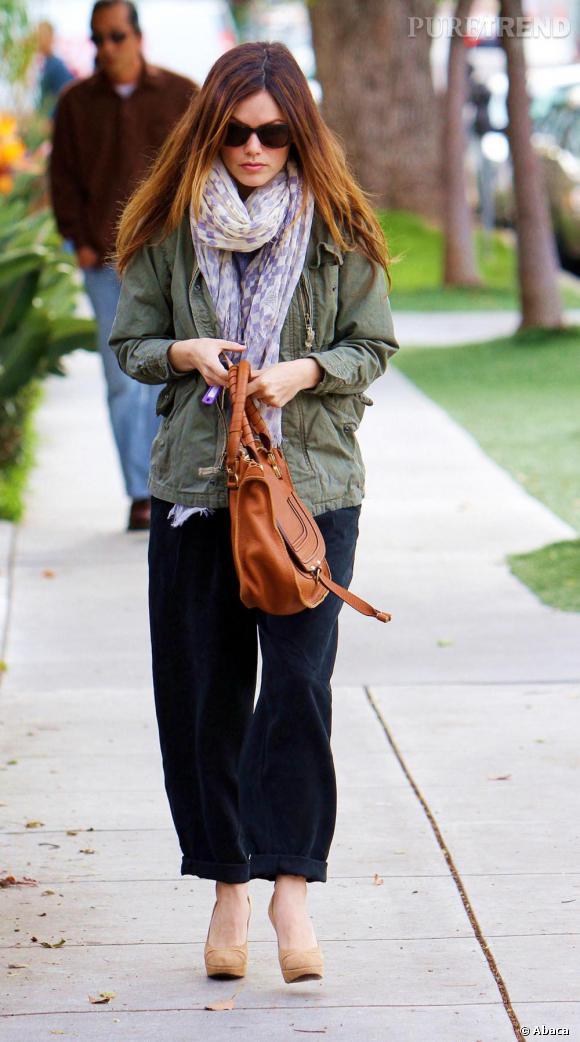 Toujours à la pointe des tendance, Rachel enfile la fameuse veste militaire kaki, pièce phare cette saison, des escarpins pour féminiser son look et s'arme du  Marcie.  Chic et trendy.