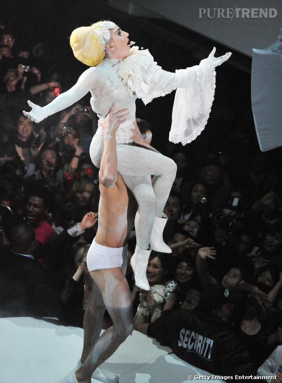 Son blanc semble déteindre sur ses danseurs !