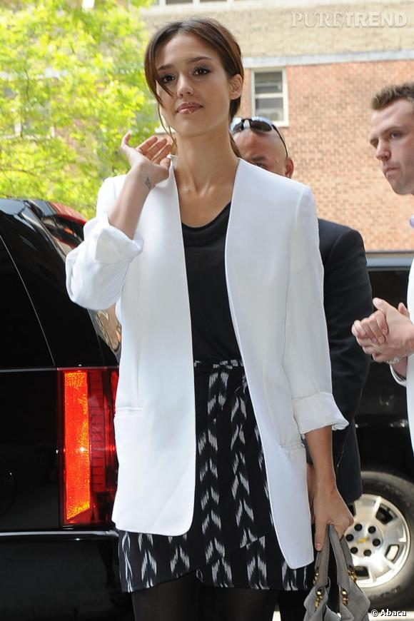 La veste de smoking blanche : un atout élégant pour Jessica Alba.