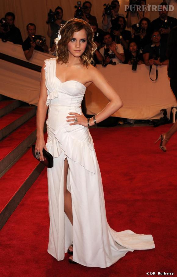 Emma Watson sublime dans une robe en soie blanche crée sur mesure par Burberry !