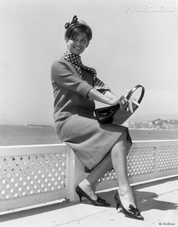 Claudia Cardinale sur la croisette. Une frange pour la douceur, un noeud pour la candeur.
