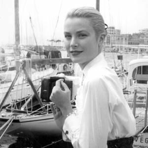 Grace Kelly au festival de Cannes. Un chignon de danseuse. Chic et efficace.