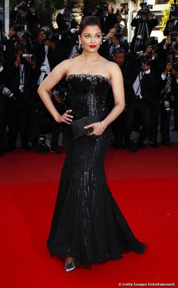 La plus populaire des actrices de Bollywood s'est transformée en vamp habillée d'une robe noire Armani Privé la bouche rouge incendiaire sur le red carpet cannois.