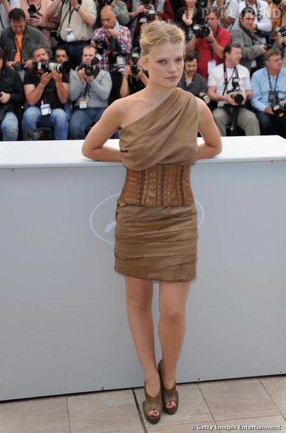 Melanie Thierry captive ses fans dans cette robe asymétrique d'esprit conquérant.