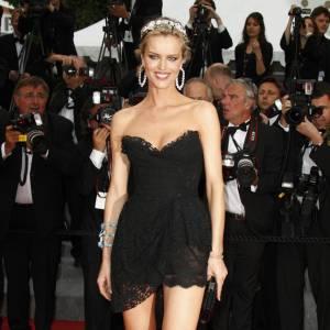 Toujours aussi sexy, Eva Herzigova aura souvent dévoilé ses gambettes pendant le Festival. Ici, elle fait mouche dans une robe Dolce & Gabbana.