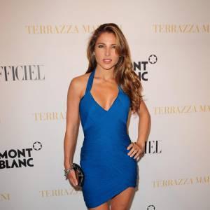 La reine de la pose langoureuse Elsa Pataky a joué les sirènes dans une robe bandée bleue montée sur d'imposants escarpins Sergio Rossi.