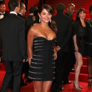Emma de Caunes, en petite robe noire sur le tapis rouge de Certified Copy, huilée, la crinière massive.
