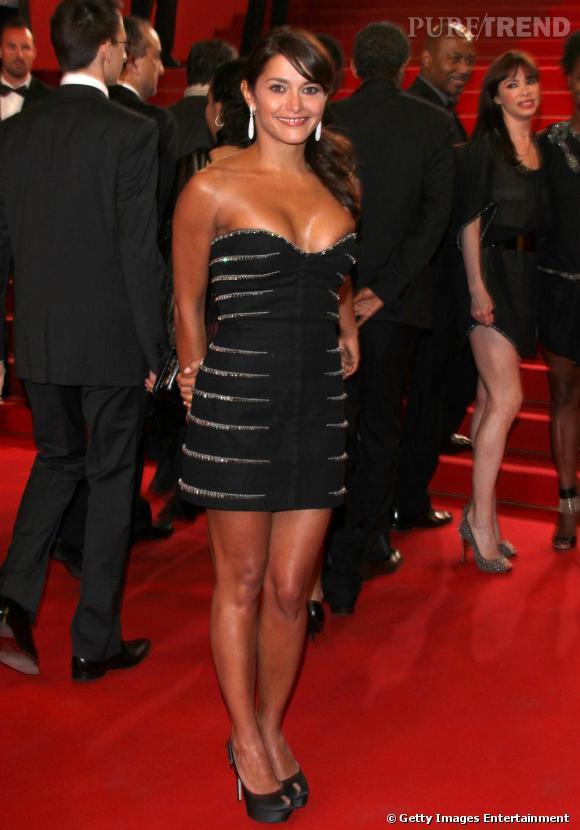Emma de Caunes, en petite robe noire sur le tapis rouge de  Certified Copy , huilée, la crinière massive.