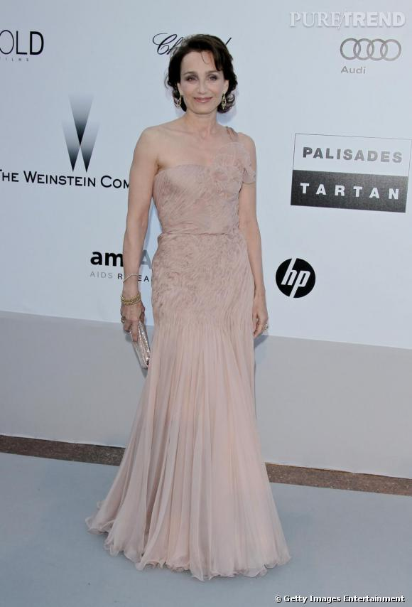 Kristin Scott Thomas en robe nude