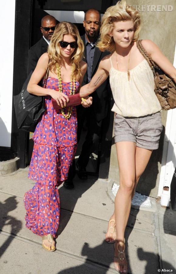 La starlette de 90210, la version 2010 de Beverly Hills, Annalynne McCord, opte pour un modèle bustier rose orangé à imprimés mauves.