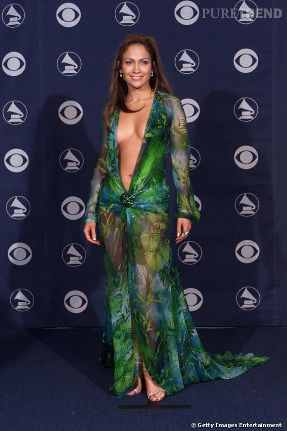 Février 2000, Jennifer Lopez porte une robe Versace qui marque encore les esprits.