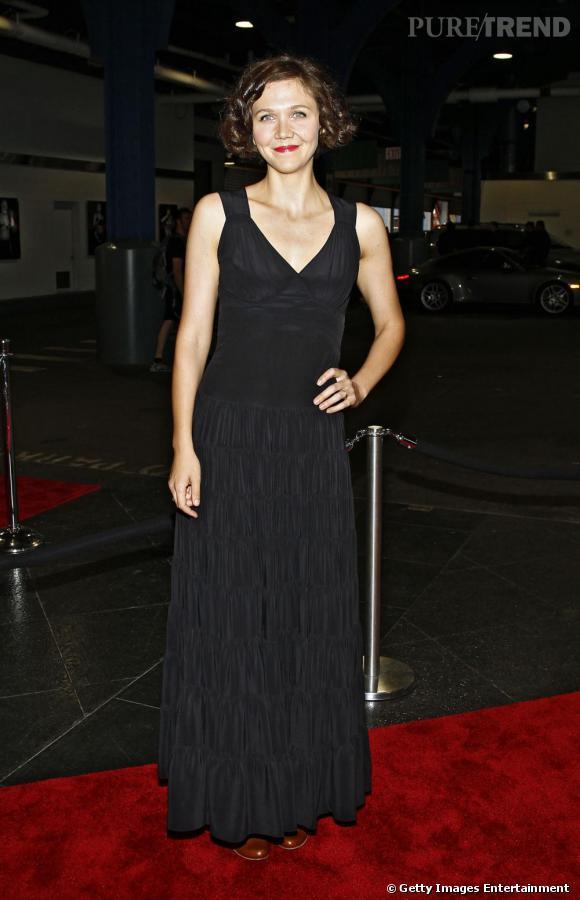 Robe longue et noir, un look sans prise de risque pour Maggie Gyllenhaal.