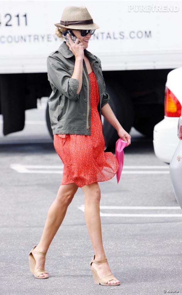 Reese Witherspoon toujours délicieuse dans les rues de Los Angeles en robe girly et veste kaki