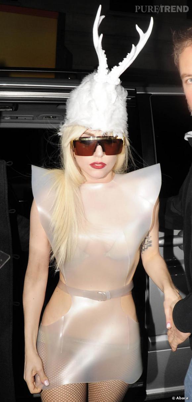 """Outsider de la mode, Lady Gaga revisite le hairband en bonnet planté de cornes de rênes. Une pièce on ne peut plus décalée imaginée par MoutonCollet. Designer également à l'honneur dans son dernier clip  Alejandro . On lui doit notamment l'imposant casque clouté porté par l'un de ses """"disciples""""."""