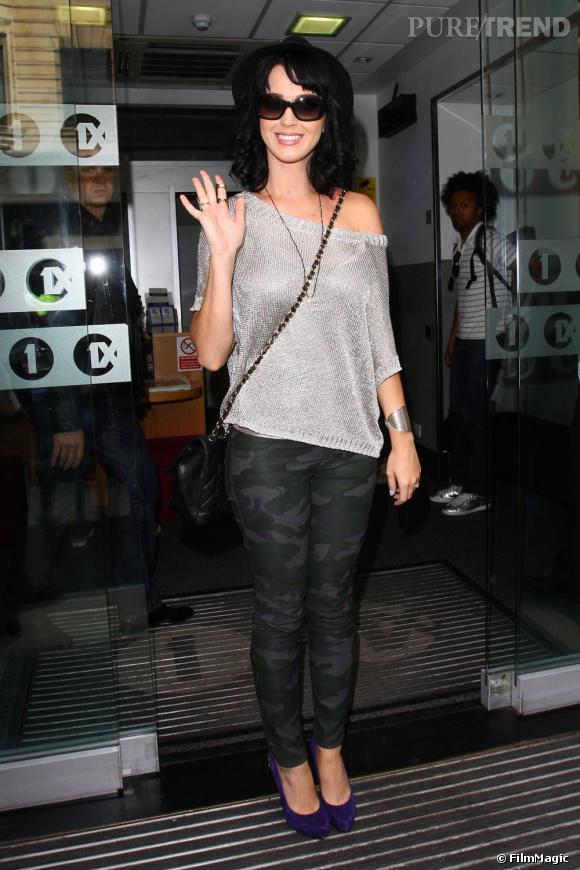Katy Perry réinvente la mode camouflage dans les rues de Londres.