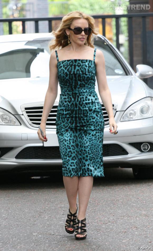 Kylie Minogue très sensuelle en Dolce & Gabbana et Jimmy Choo mise une fois de plus sur l'imprimé léopard.