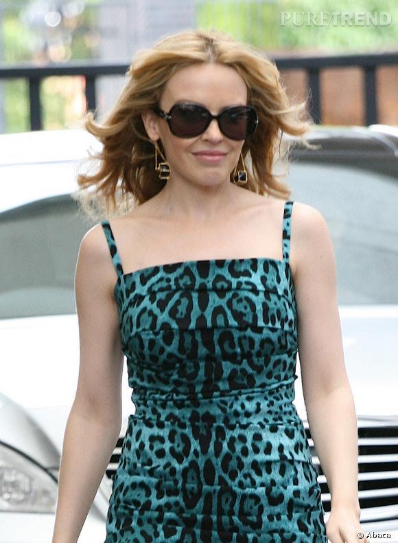 Lunettes de soleil rondes, imprimé léopard et boucles d'oreille originales : Kylie Minogue prouve une fois de plus son statut de fashionista à Londres.