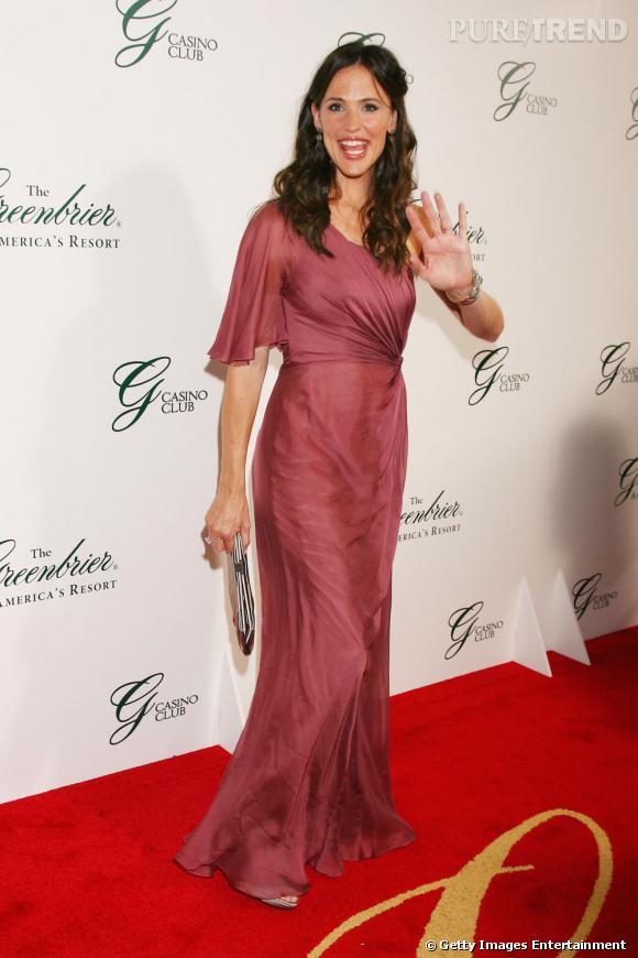 Robe rose pour réchauffer son teint, ondulations pour la touche romantique et découpe stratégique pour sublimer ses formes, Jennifer est sublime.