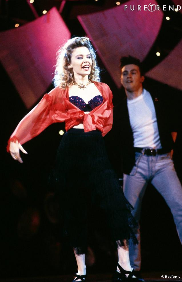 aube des années 90, les tenues de scène de la chanteuse sont ...