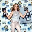 En 2002 toujours, Kylie souligne sa silhouette à l'aide d'un ensemble ultra moulant. Mais entre les paillettes et les boucles, il faut choisir !