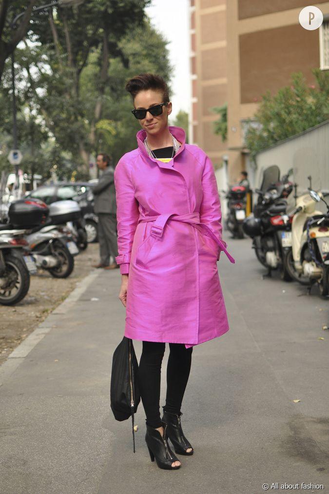 son style cette jeune femme aime la tendance monochrome avec ce trench rose p tant qui est. Black Bedroom Furniture Sets. Home Design Ideas
