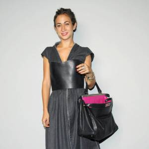 Delfina Delettrez, la fille de Silvia Fendi, porte un bustier en cuir de la collection Auotmne-Hiver 2009 et termine son look armée du sac Peekaboo dessiné par sa mère.