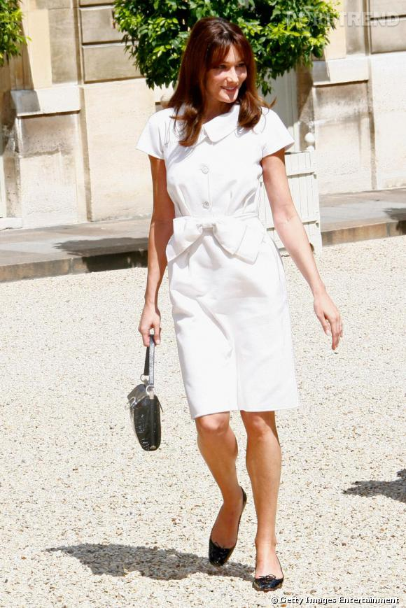 Robe Dior, ballerines et sac Le Carla de Roger Vivier : Carla Bruni réunit trois de ses indispensables en un look.