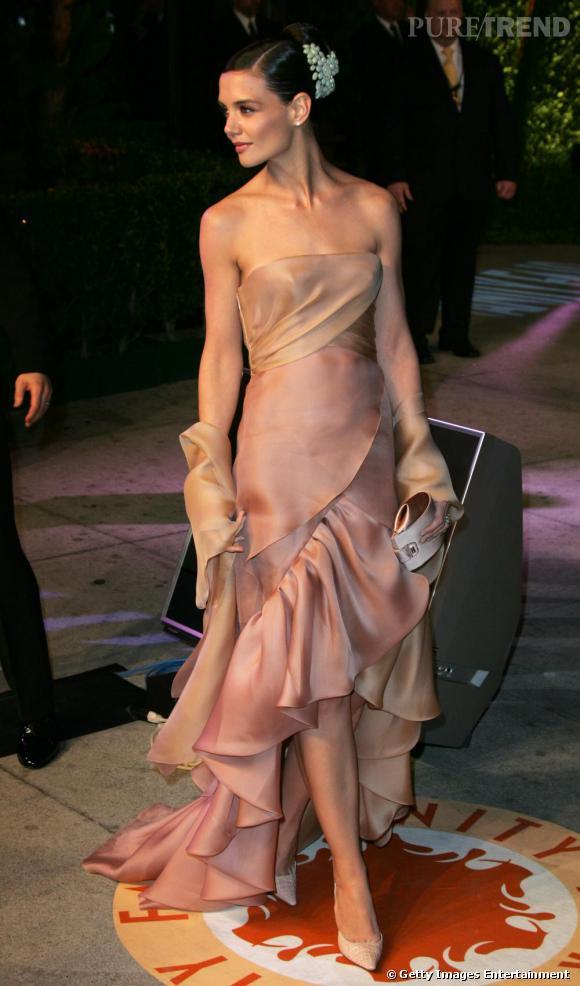 La coupe de la robe que porte Katie Holmes est d'une grande élégance. Malheureusement, la couleur seule, beige saumoné, proche de la couleur de sa peau, ne peut suffire à créer un effet bonne mine.