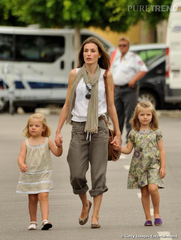 Entourée de ses filles, Letizia s'offre un look décontracté et moderne, treillis retroussé et top à froufrous.