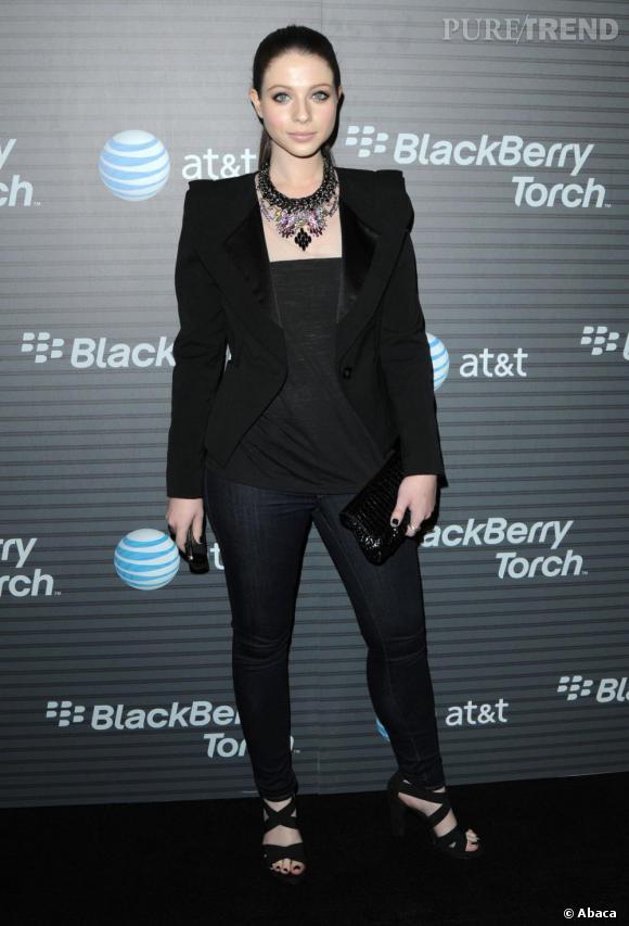 Michelle Trachtenberg adopte un look nettement plus stylé à la soirée BlackBerry.