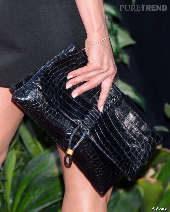 Avec un look minimaliste, l'actrice choisit une pochette noire croco Salvatore Ferragamo.