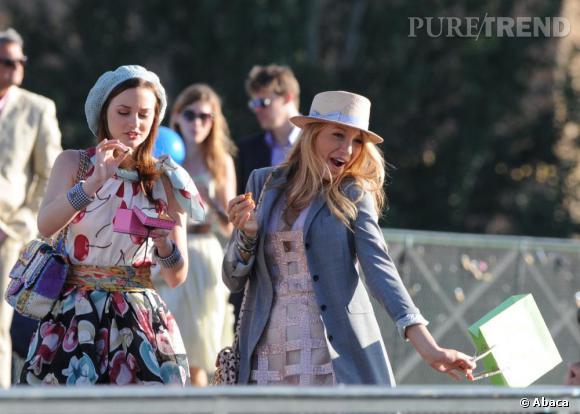 Lors d'une scène sur le pont des arts, Leighton ose les coordinations d'imprimés avec un jolie sac Chanel et un ensemble Moschino. Blake choisit elle un sac cartable à pois noir.
