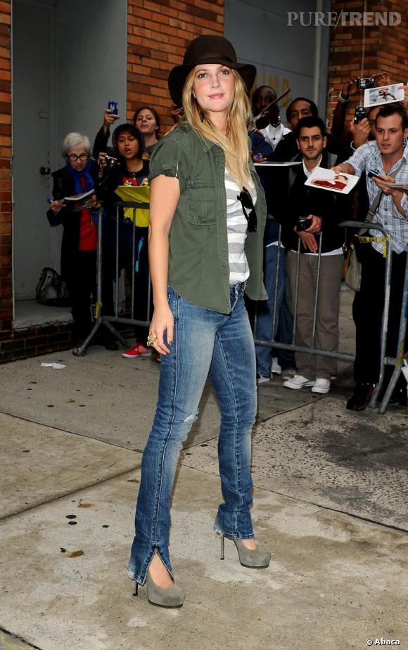 Look 1 : casual sexy. Drew Barrymore juchée sur des escarpins Yves Saint Laurent, porte une des pièces phares de la saison : la veste kaki inspiration militaire.