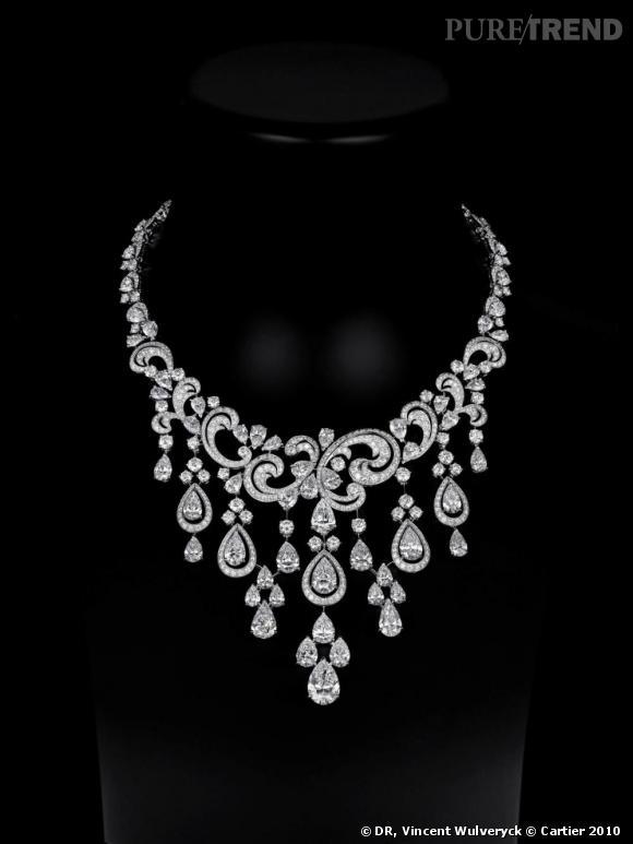 Cartier       Collier en platine, diamants poire et brillants.