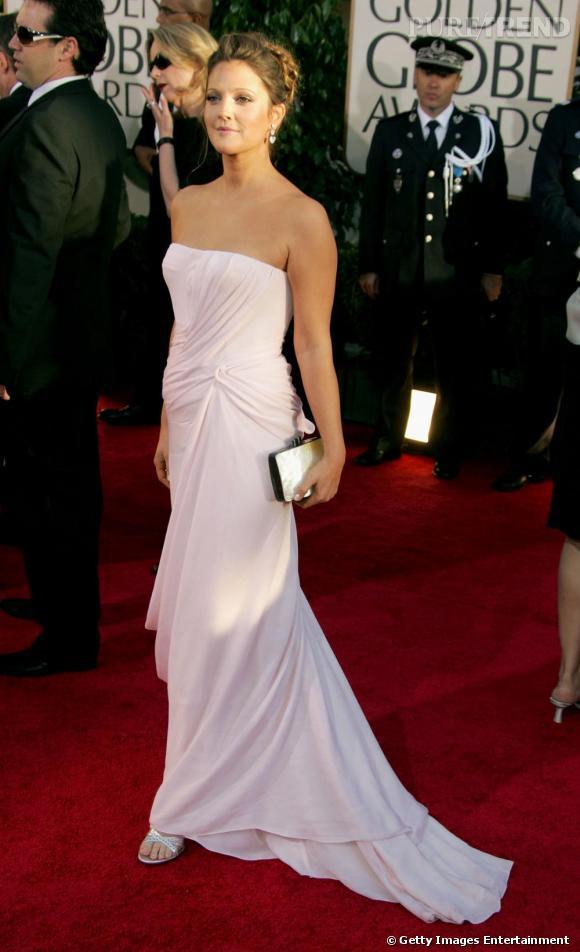 Si la forme bustier peut être problématique, Drew Barrymore le dompte avec brio.    Son astuce  : la couleur déjà qui se démarque par rapport à sa carnation et puis le drapée qui rajoute un charmant volume.