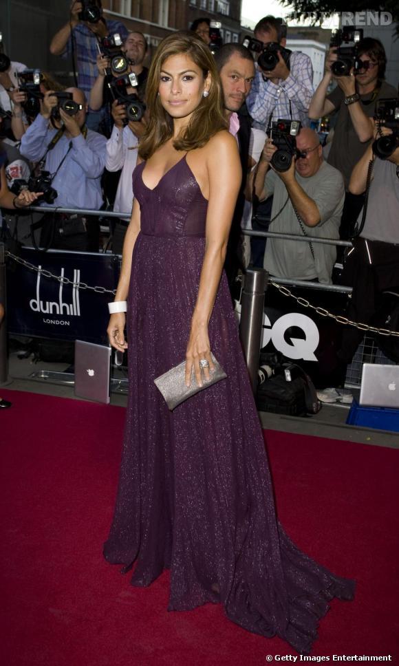 Dans une robe longue couleur prune et très fluide, Eva Mendes affiche une silhouette sans défaut.       Son astuce  : les fines bretelles faisant emplifant le volume de la poitrine.