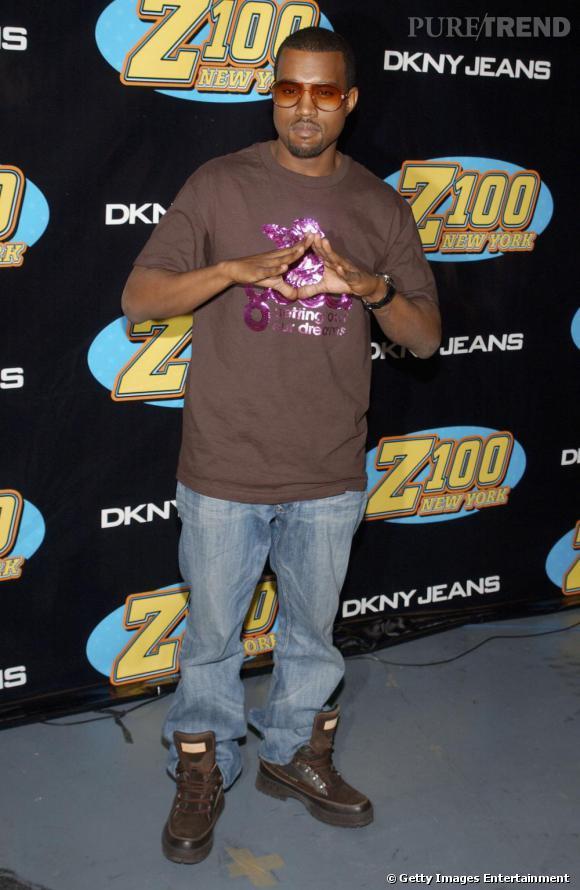 La même année, Kanye nous démontre son sens du détail. T-shirt et chaussures sont assortis.