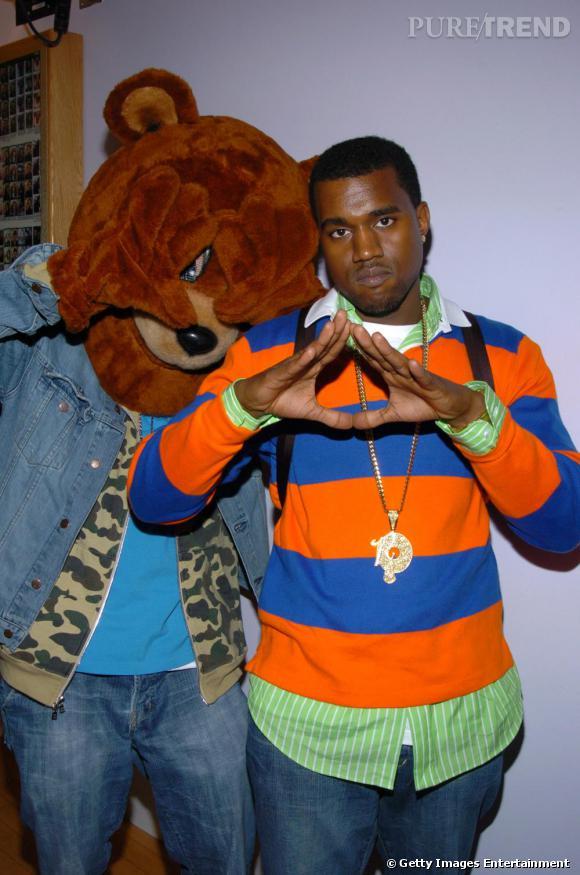 Kanye West en 2004, en pleine promotion de son premier album. Look adolescent bling bling en polo et sac à dos.