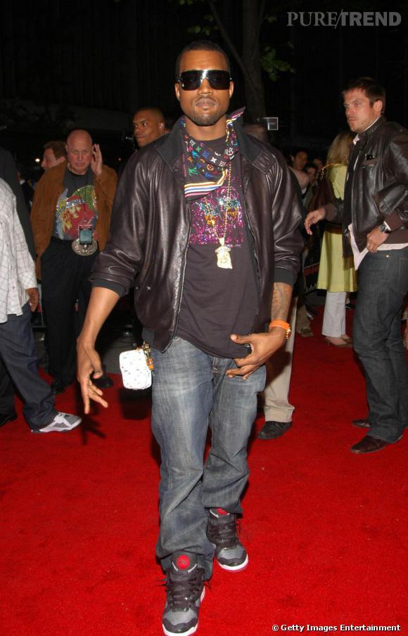 En 2006, amateur de pièces siglées, Kanye commence à afficher sa prédilection pour le style Louis Vuitton, qu'il détourne à la sauce hip hop.